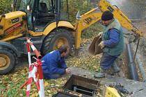 Oprava poškozeného potrubí.