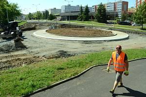 Na staveništi mezi mosteckým Kahanem a aquadromem je už vidět střed okružní křižovatky