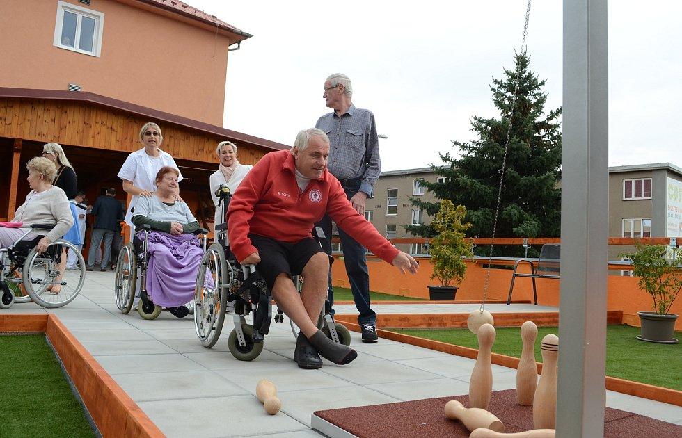 Podkrušnohorská nemocnice následné péče v Litvínově využila plochou střechu k vytvoření odpočinkové zóny pro své pacienty.