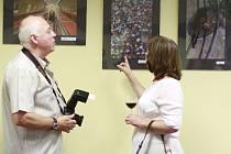 Členové Fotoklubu 11.11 (vlevo František Haase) diskutují nad fotografiemi nové výstavy v městské knihovně.