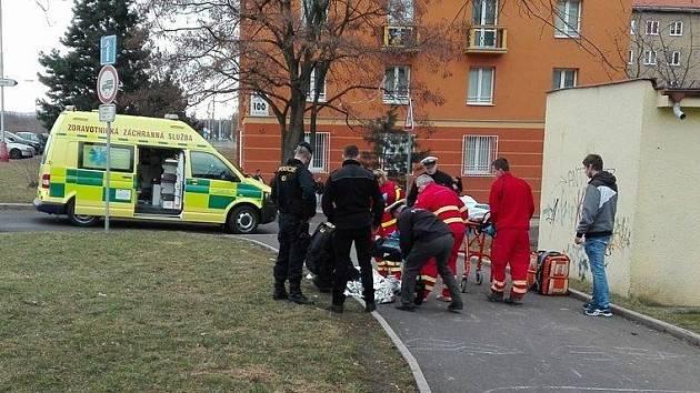Seniorka zkolabovala v Mostě přímo na ulici. I přes včasnou pomoc nakonec v sanitě zemřela.