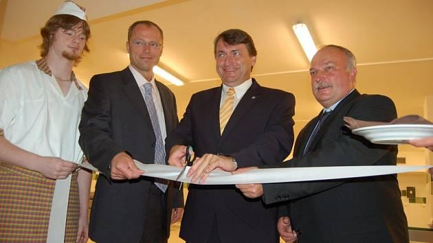 Hejtman Jiří Šulc stříhá pásku při slavnostním otevření rekonstruované varny.