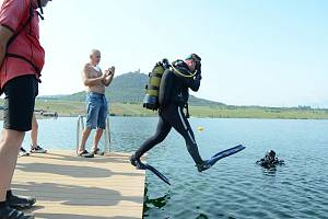 Potápěči u jezera Most
