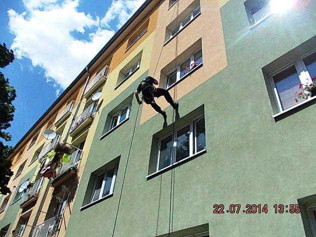 Strážník se do bytu slanil.