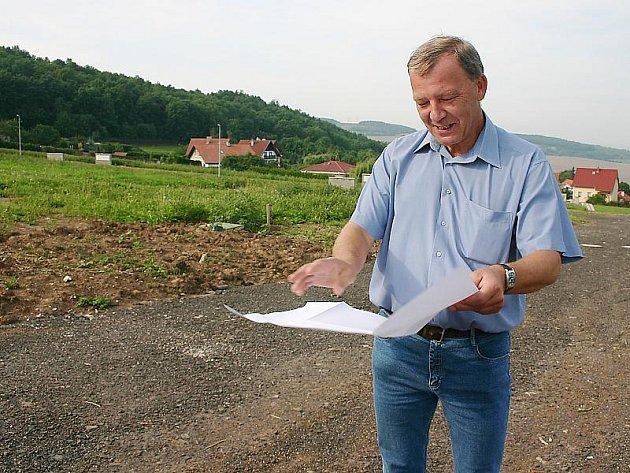 Starosta Skršína Zdeněk Novotný včera při kolaudaci nízkého napětí na pozemcích určených pro výstavbu rodinných domů.