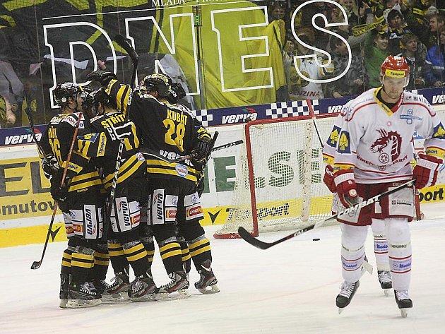 Hokejisté Litvínova (v černém) slaví gól.