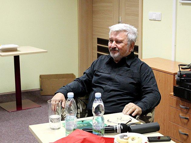 Jan Cimický navštívil litvínovskou knihovnu.