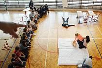 Ukázka první pomoci na zdravotnické škole v Mostě.