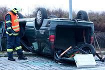 """Na střeše skončil před čtyřmi lety vůz, který naboural do ostrůvku kruhového objezdu ve Vtelně. Most patří k městům s velkým počtem """"kruháků""""."""