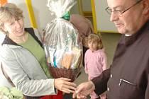 Helena Neumannová, určená jako miliontá návštěvnice aquadromu, přijímá gratulaci od zastupitele Arnošta Ševčíka.