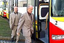 Ředitel dopravního podniku Milan Dundr a předseda představenstva Pavel Stehlík procházejí kolem nových autobusů MAN. Firma shání peníze na další ekologické vozy.
