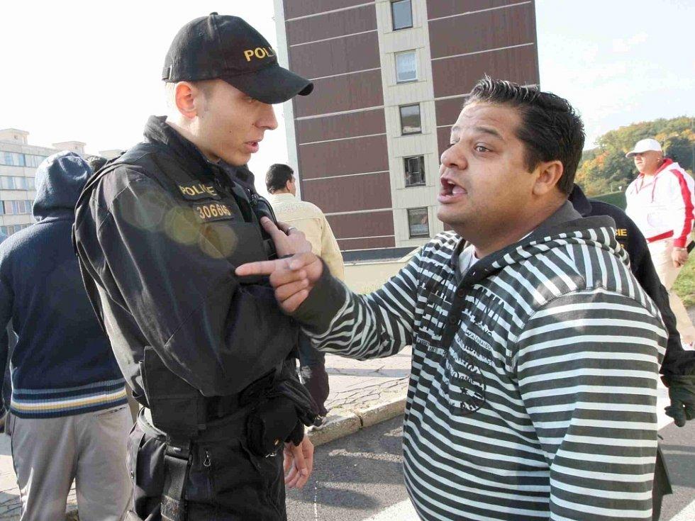 Na místě byly desítky policistů a strážníků, kteří sledovali, kam konflikt mezi radikály a Romy směřuje.