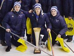 Jan Myšák (vpravo) se svými spoluhráči a zlatým pohárem za MČR v Ostravě.