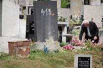 """Hudebník Jaroslav Kešner včera zaléval hrob na mosteckém starém hřbitově předtím, než s baskřídlovkou zahrál na pohřbu v jiné části areálu. Kdo tam nechá nebožtíka, musí počítat s krádežemi věcí. Stálá hřbitovní """"domobrana"""" neexistuje."""