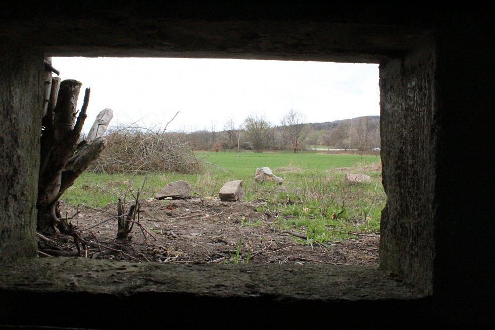 Pohled ze střílny na okolí z bunkru v Černovicích na Chomutovsku.