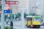 Třída Budovatelů v Mostě. Odtud se má rozšířit tramvajová trať do ulice Zdeňka Štěpánka a dál ke Kahanu a nádraží. Radnice si na to nechá udělat technickou studii proveditelnosti.
