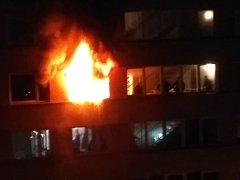 Záběr z půlnoci zachycuje požár v ulici Maxima Gorkého.