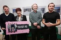 Herci ze seriálu Most Martin Hofman a Zdeněk Godla předali Hospicu v Mostě finanční dar.