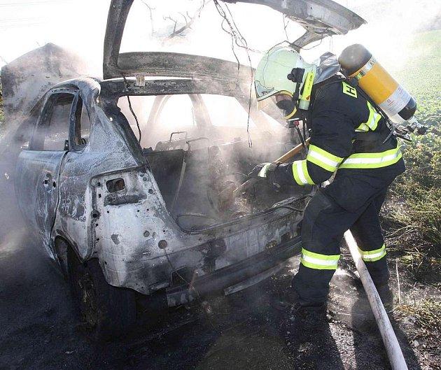 Osobní automobil po nárazu do stromu začal hořet