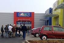 Desítky lidí čekají na otevření nových prodejen. Lákají je nízké zaváděcí ceny.