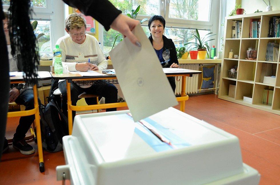 Volební novinkou v Mostě byla změna umístění volebních místností na sídlišti u nádraží. Urny už nebyly v soukromé Střední škole pro marketing a ekonomiku podnikání, ale v nedaleké 4.ZŠ.