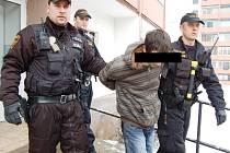 Jeden ze společných zákroků městských strážníků a státních policistů ve věžáku za úřadem práce.