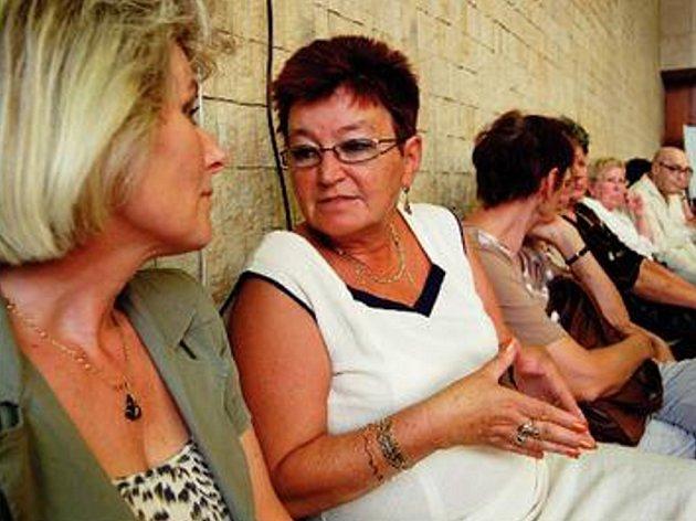 HÁJENÍ LIDSKÝCH PRÁV. Hana Jeníčková jedná s Milenou Vágnerovou o plánované přestavbě kina Zahražany na bytový dům. Lidé z nejkrásnější mostecké čtvrti budou záměr posuzovat 3. září na magistrátu.