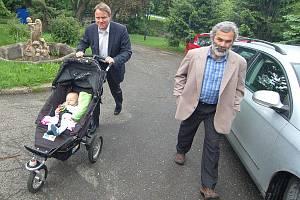 Martin Bursík s dcerou a Vladimír Buřt přicházejí k volbám v Horním Jiřetíně.