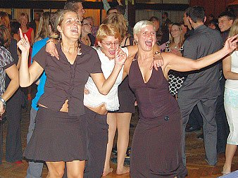 Návštěvníci slavnosti při tanci