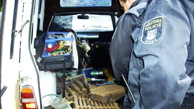 Mostečtí strážníci zajistli poklopy kanálů, které se tři zloději pokoušeli odcizit.