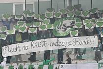 Skalní příznivci mosteckého Baníku s transparentem.