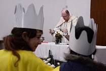 Koledníci Tříkrálové sbírky dostali požehnání v mosteckém kostele