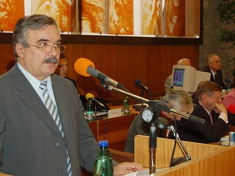 Vlastimil Vozka zahajuje zasedání zastupitelů.