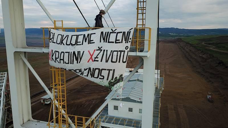 Aktivisté ze skupiny Kolektiv Pod zem! obsadili rypadla v dolech Bílina a Nástup-Tušimice v severních Čechách.