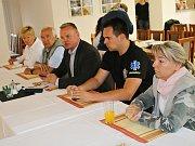 Starosta Brandova Jiří Mooz (uprostřed) s dalšími zástupci obce