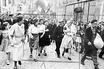 Snímek slavného válečného fotografa Roberta Capy honu na francouzskou kolaborantku v Chartres.