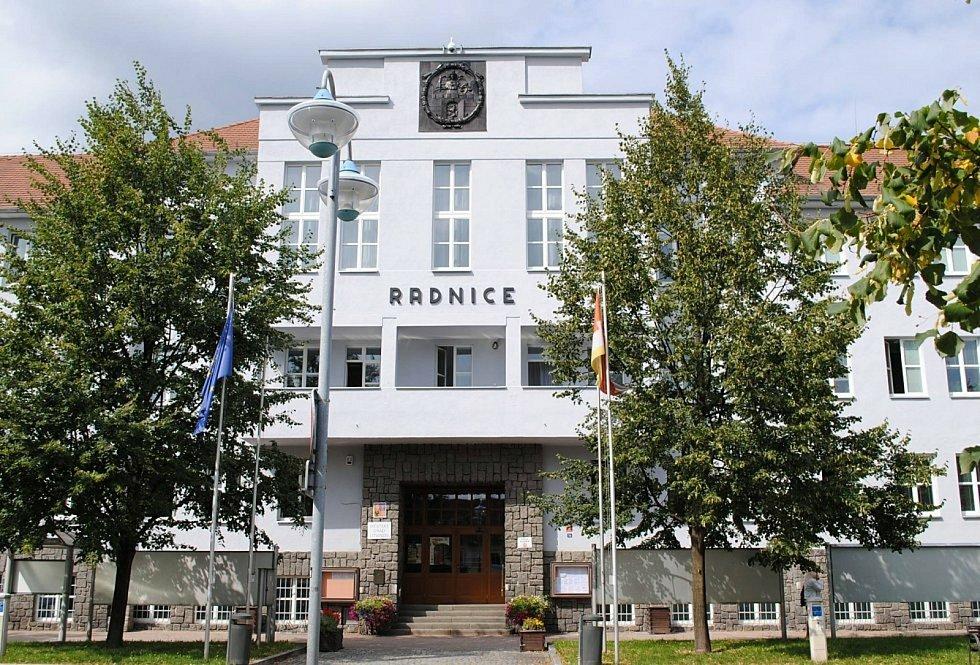 Radnice na náměstí Míru v Litvínově nemá výtah ani sál pro zastupitelstvo.