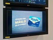 Sport na obrazovce v pobočce sázkové kanceláře Fortuna v mosteckém Tescu.