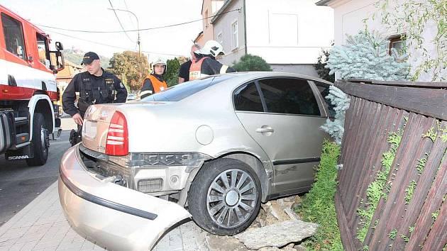 Na místě dopravní nehody zasahovali hasiči a policisté