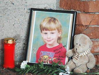 Do rohu jedné z hal položil Roman Rokos fotografii pětiletého Honzíka, plyšového medvídka, kytičku a zapálil svíci.