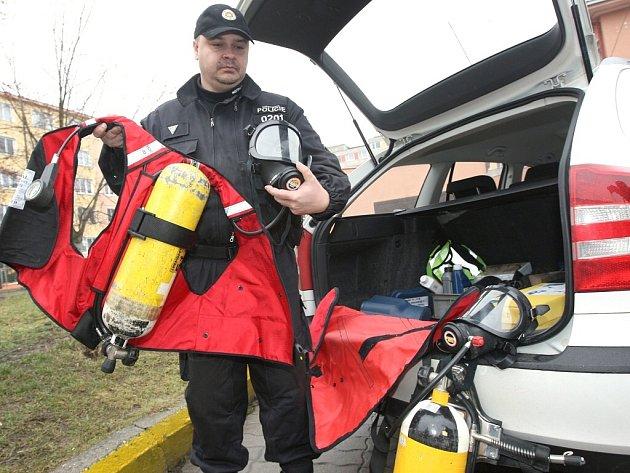 Mostecký strážník ukazuje část vybavení služebního automobilu.