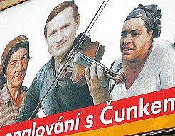 Plakát  zesměšňující Jiřího Čunka visí v Mostě u Kahanu. Jedna strana  lidí  ministra pro místní  rozvoj  kritizuje  za  ráznost, druhá  naopak  v  jeho   jednání  vidí   jedinou   možnou  cestu.