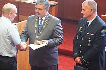 Šéf mosteckých strážníků Bronislav Schwarz (vpravo) ve slavnostní uniformě  při oceňování strážníků, hasičů, záchranářů a státních policistů na mostecké radnici.