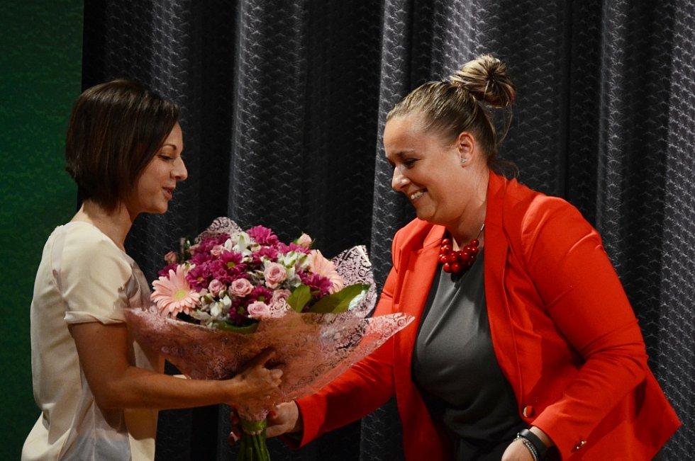 Tereza Bártová z Oseka a náměstkyně primátora Markéta Stará, před besedou s houslistou Milanem Al-Ashhabem