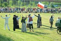 Radost Čechů po boji v Mostě v roce 1918. Závěr hrané rekonstrukce skutečných událostí při oslavě 100 let republiky.