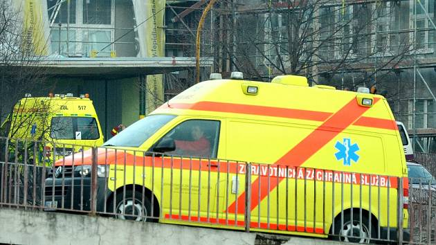Sanita přijíždí do rekonstruované nemocnice v Mostě.