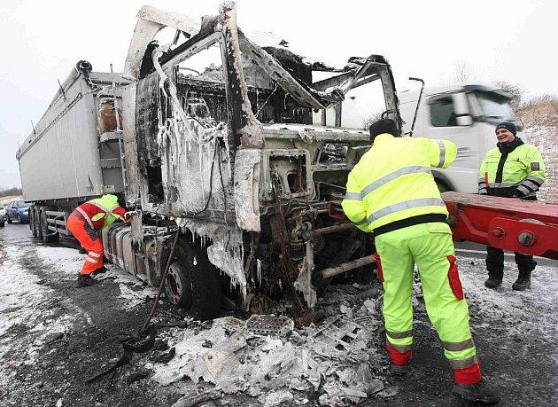 Totálně shořelou kabinu kamionu vyprostila přivolaná těžká technika