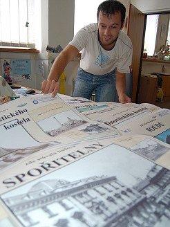 Pavel Fekete z CVČ si prohlíží vytištěné plakáty. Bude z nich naučná stezka.