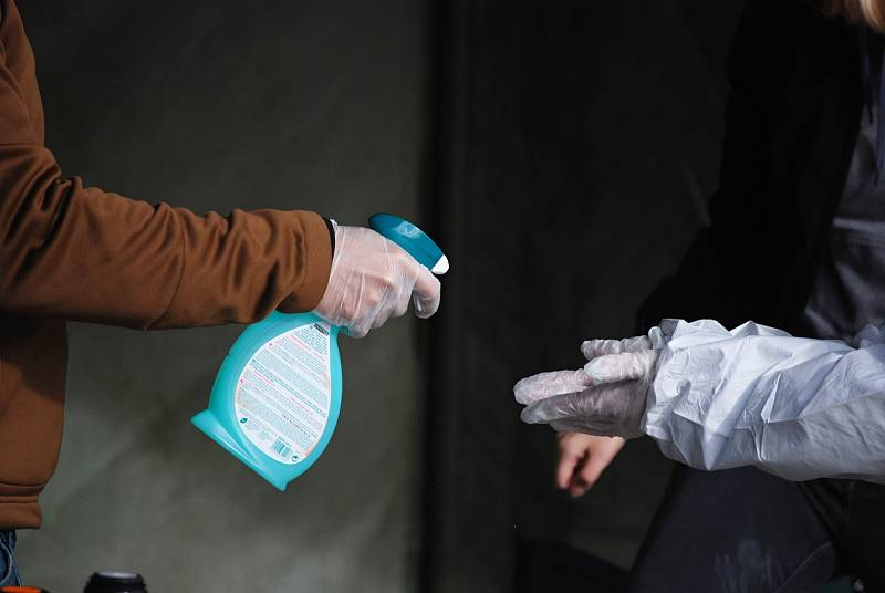 Volební drive-in stanoviště u zimního stadionu v Mostě