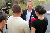 Ministr Richard Brabec při rozhovoru s novináři před služebnou městské policie, kde večer zasedal krizový štáb.